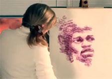 L'artiste Natalie Irish peint avec sa bouche!