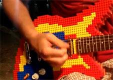 Il joue avec une guitare en Lego!