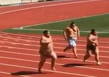 Des lutteurs sumo font la course!