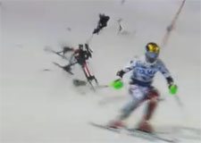 Un skieur échappe à un drone!