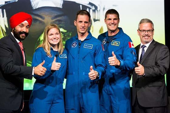 Le ministre de l'innovation Navdeep Bains, les nouveaux astronautes Jennifer Sidey et Joshua Kutrik avec leur nouvel entraineur, l'astronaute Jeremy Hansen.