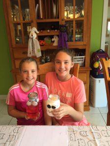 Les soeurs Duplain font des décorations d'Halloween