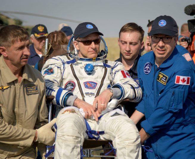 David Saint-Jacques à sa sortie de la capsule Soyouz, transporté par une équipe médicale.